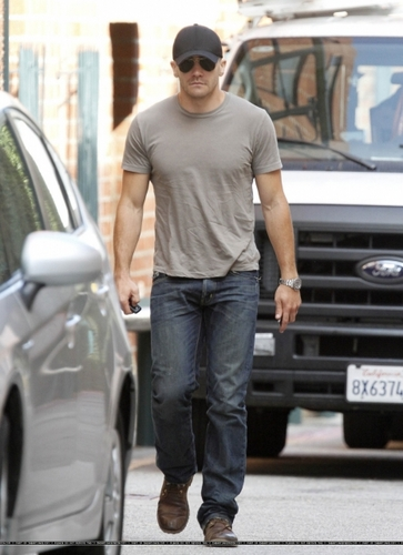 jake gyllenhaal Visiting A Medical Center In Los Angeles