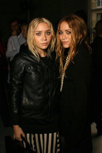 2006 - Balenciaga Paris Fashion 显示