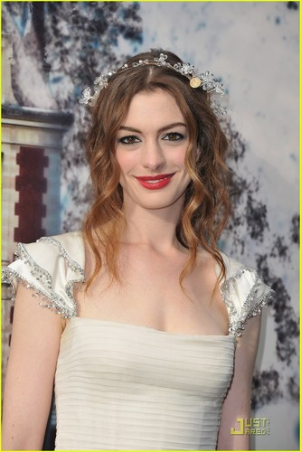 Anne Hathaway: White Fairy Tale amor Ball!