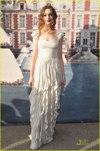 Anne Hathaway: White Fairy Tale প্রণয় Ball!