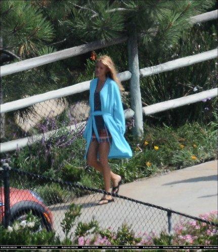 Blake Lively karatasi la kupamba ukuta containing a chainlink fence entitled Blake Lively on the set of 'Savages' in Malibu - July 7