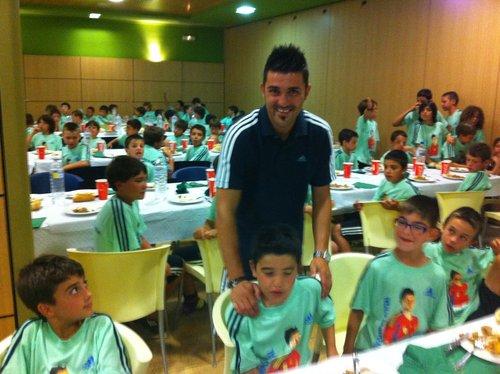 David 별장, 빌라 having 공식 만찬, 저녁 식사 with the kids from his camp