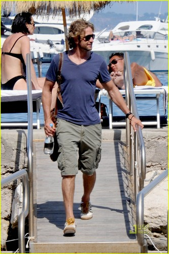 Gerard Butler wallpaper probably containing a pontoon entitled Gerard Butler: Boating in Italy!