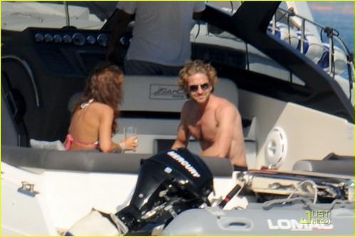 Gerard Butler: Shirtless bangka Ride in Ischia!