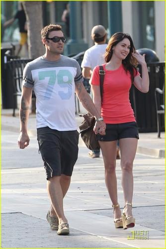 Megan لومڑی & Brian Austin Green: Promenade Pair