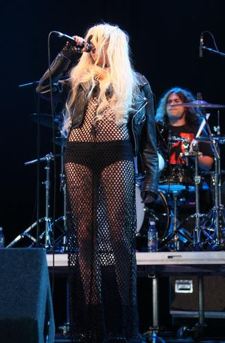 Taylor Momsen پیپر وال with a concert, a guitarist, and a ڈرمر entitled Performs Live At Oxegen Festival In Ireland