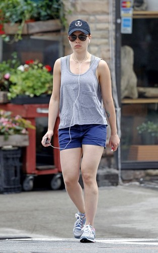 Scarlett Johansson 展示 off her red hair and 纹身 in NYC (July 6).