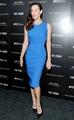 Сине-черное платье Stella McCartney выгодно подчеркивает фигуру актрисы...