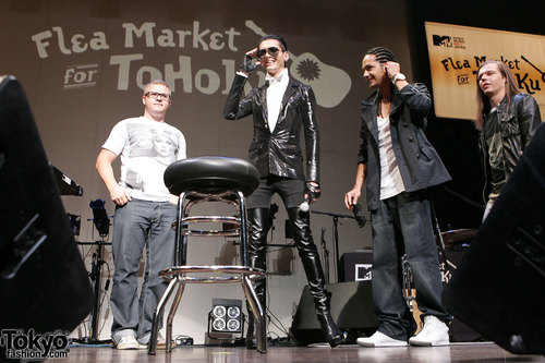 Tokio Hotel वॉलपेपर containing a business suit, a concert, and a well dressed person titled TH