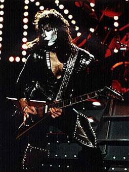 Votre guitariste préféré est ......... - Page 3 Vinnie-Vincent-kiss-guitarists-23539318-255-338