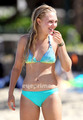 AnnaSophia Robb in a Bikini on the 海滩 in Oahu, Hawaii, July 11