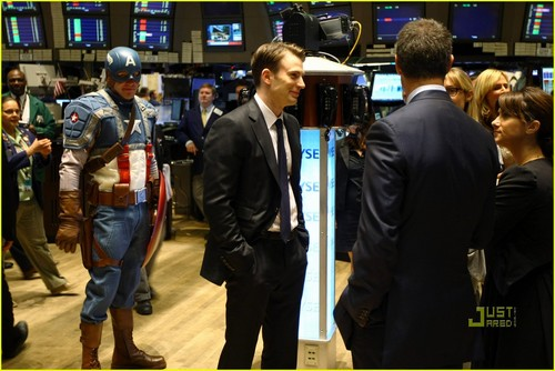 Chris Evans Rings NYSE Opening घंटी, बेल