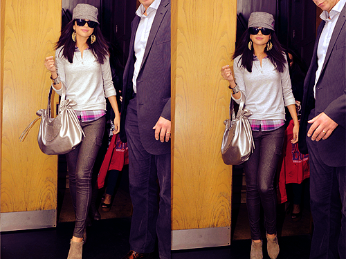 Justin Bieber und Selena Gomez Hintergrund possibly with an outerwear called Cute outfit Selena!! Go Girl!