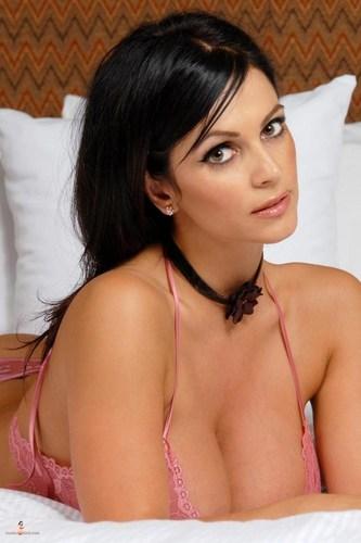 Denise Milani - rosa Unterwäsche