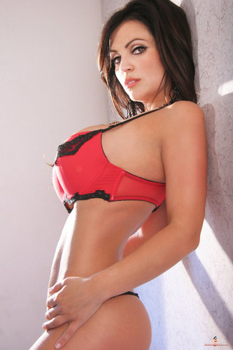 Denise Milani - Red damit pan-loob