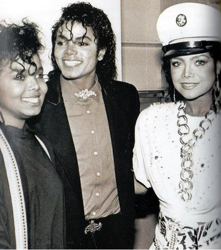 Janet Jackson wallpaper probably containing a business suit called JANET JACKSON WITH BROTHER MICHAEL JACKSON AND SISTER LATOYA JACKSON