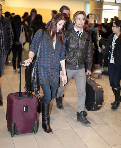 Jackson Rathbone & Ashley Greene wallpaper with a business suit, a well dressed person, and a hip boot entitled Jackson Rathbone and Ashley Greene