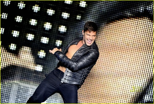 Ricky Martin Bares Chest at konzert