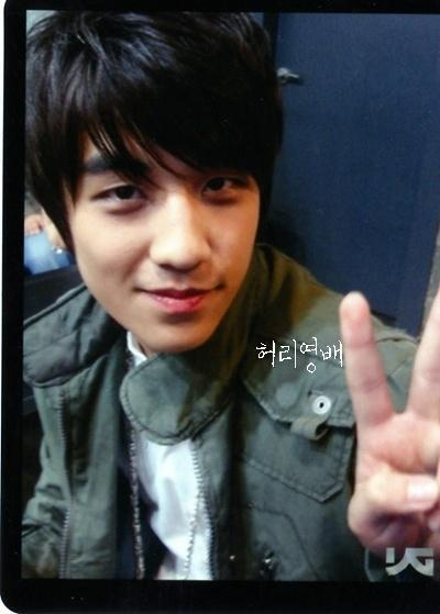 http://images4.fanpop.com/image/photos/23600000/Seungri-lee-seung-hyun-23661126-400-559.jpg