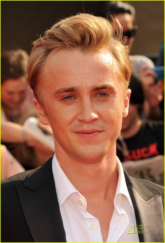 Harry Potter vs Chạng vạng hình nền containing a business suit entitled Tom Felton Now Laughs at Emma Watson's Crush