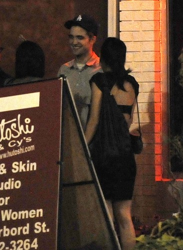 "*NEW* Pics Of Robert Pattinson At The ""Cosmopolis"" 덮개, 랩 Party Last Night"