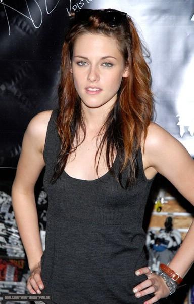 Kristen Stewart 2008 Kristen Stewart Promotes Twilight At Hot Topic In Garden State Plaza