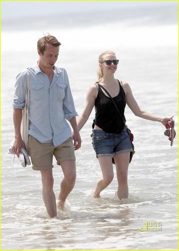 Amanda Seyfried Hits the pantai with a Guy Friend