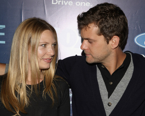 Anna Torv and Joshua Jackson achtergrond with a portrait called Anna Torv and Joshua Jackson
