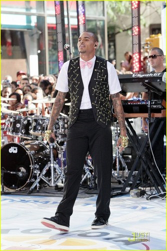 Chris Brown Performs for 18,000 ファン on 'Today'