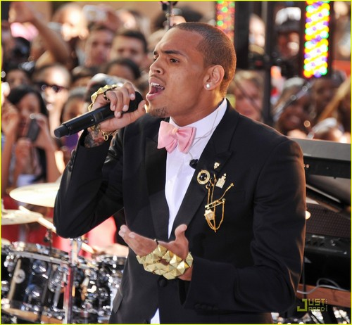 Chris Brown Performs for 18,000 شائقین on 'Today'