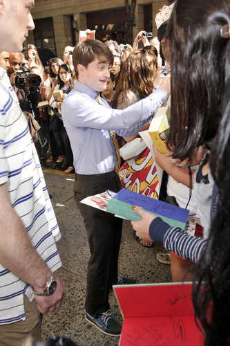 Daniel Signing Autographs after the Today প্রদর্শনী (07.14.11) HQ