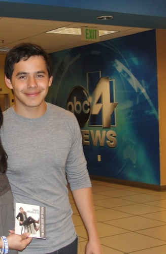 David Archuleta پیپر وال probably with a sign entitled David :)