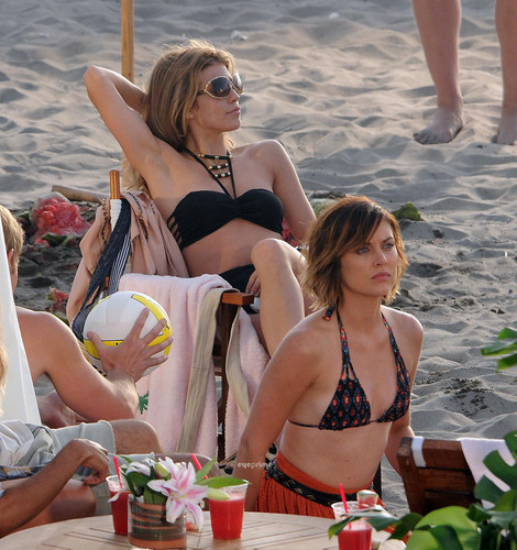 Jessica Stroup films 90210 on Manhattan beach, pwani in L.A, Jul 12