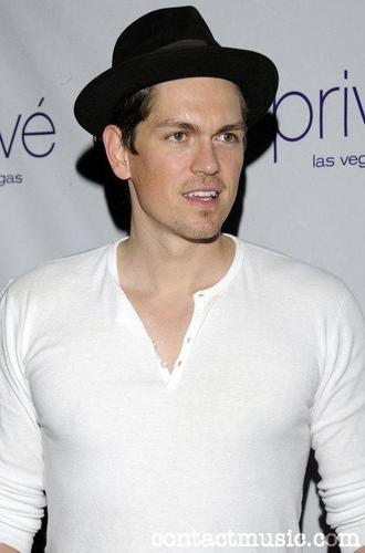 KEVIN (steve Howey)