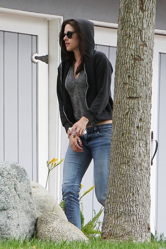 Kristen Stewart front of parents house in Los Angeles. [July 14]