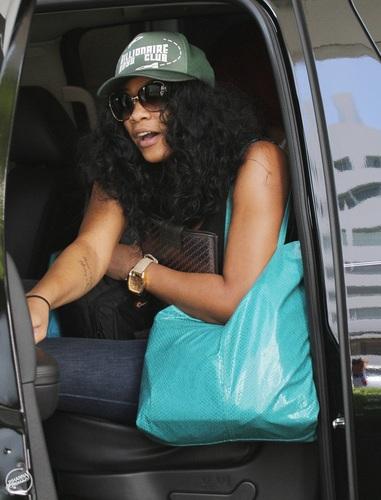 রিহানা - Leaving her hotel in Miami - July 14, 2011