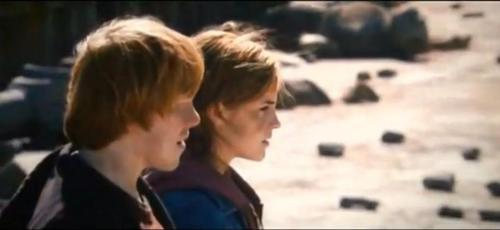 Ron and Hermione on the bridge after the battle
