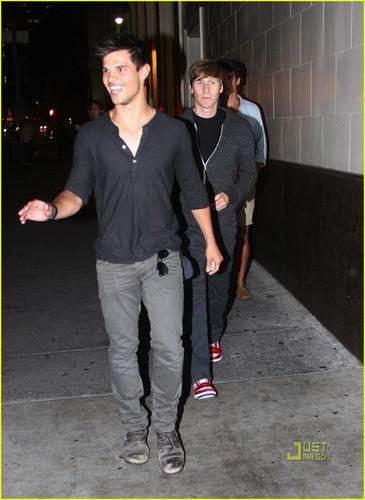Taylor Lautner, Gus वैन, वान Sant & Dustin Lance Black: Downtown Dinner!