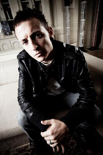 Chester Bennington wallpaper containing a hip boot, a well dressed person, and tights called Chester Portrait Session (2009)