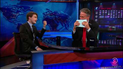 Daniel Radcliffe wolpeyper possibly containing a konsiyerto entitled Daniel radcliffe - The Daily ipakita with Jon Stewart (07.18.11)