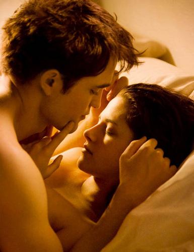 Robert Pattinson & Kristen Stewart 壁紙 containing a neonate entitled First キッス