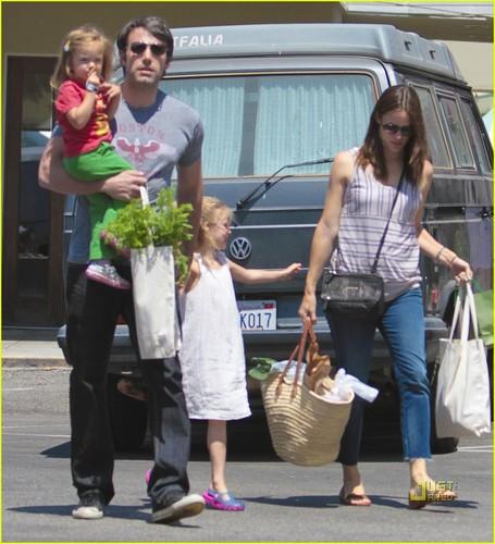 Jennifer Garner & Family: Brentwood Farmers Market!