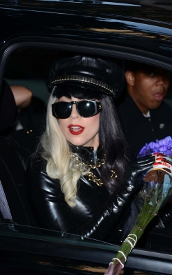 Lady Gaga Leaving the Howard Stern hiển thị in NYC