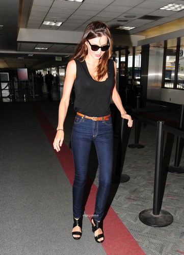 Miranda Kerr Flies Out of LAX in a Sexy Tank 上, ページのトップへ and Tight Jeans, Jul 18