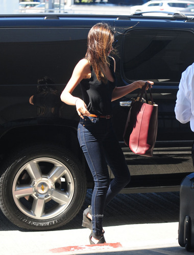 Miranda Kerr Flies Out of LAX in a Sexy Tank topo, início and Tight Jeans, Jul 18