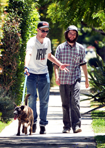 Robert with tom &bear - robert-pattinson Photo