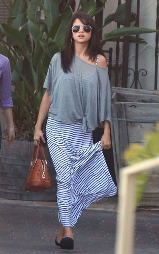 Selena - Having Breakfast In Malibu - July 19, 2011