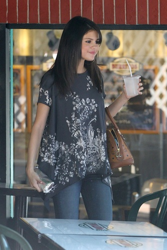 Selena - Having Lunch At Poquito Mas In Los Angeles - July 19, 2011