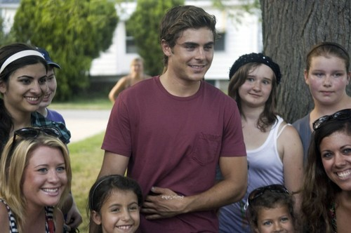 Zac with ファン on the set of Heartland (July 19)