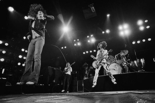 Led Zeppelin वॉलपेपर containing a concert, a guitarist, and a फव्वारा titled led zeppelin